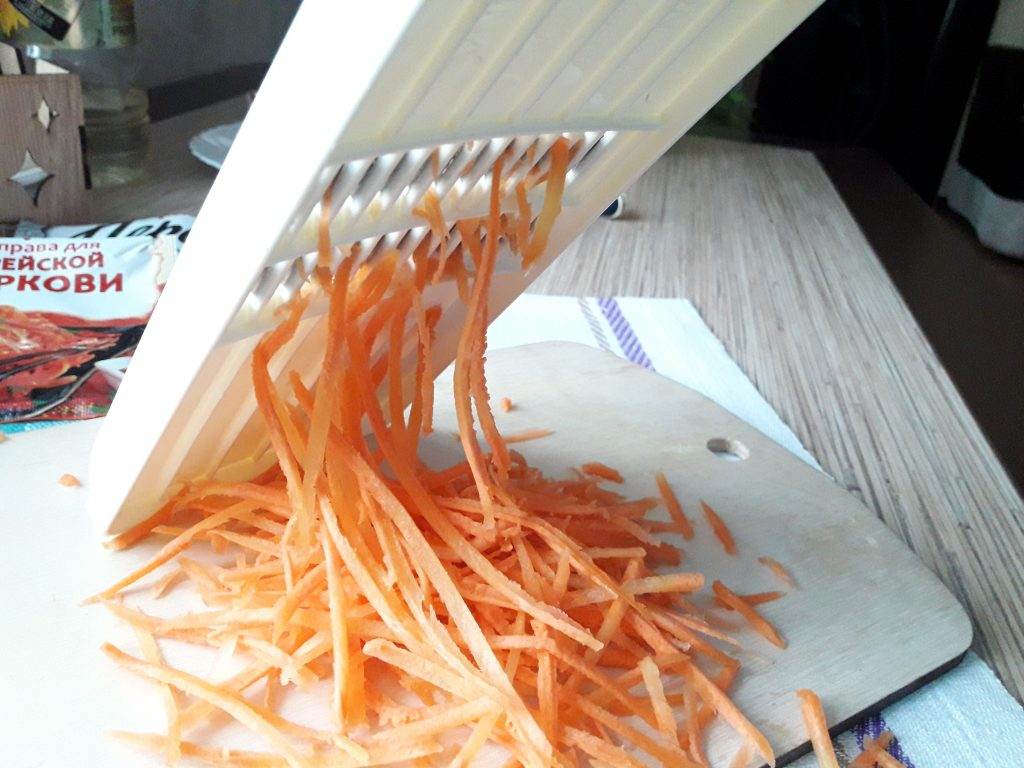 """Фото рецепта - Салат """"Морковь по-корейски"""" с мясом - шаг 1"""