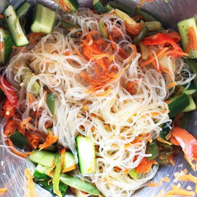 Гарнир – фунчоза (рисовая лапша) с овощами - рецепт с фото
