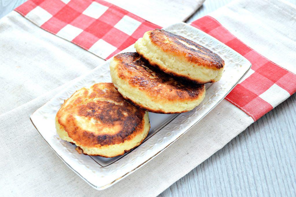 Фото рецепта - Сырники из творога с разрыхлителем на сковороде - шаг 9