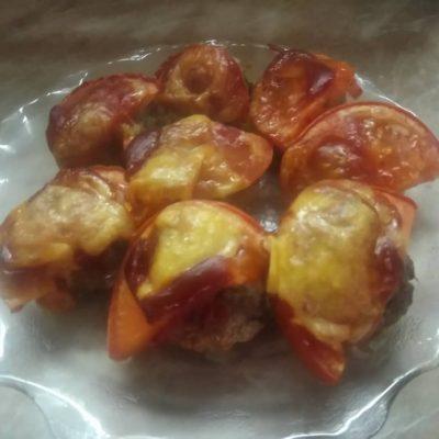 Тефтели в духовке под сыром и помидором - рецепт с фото