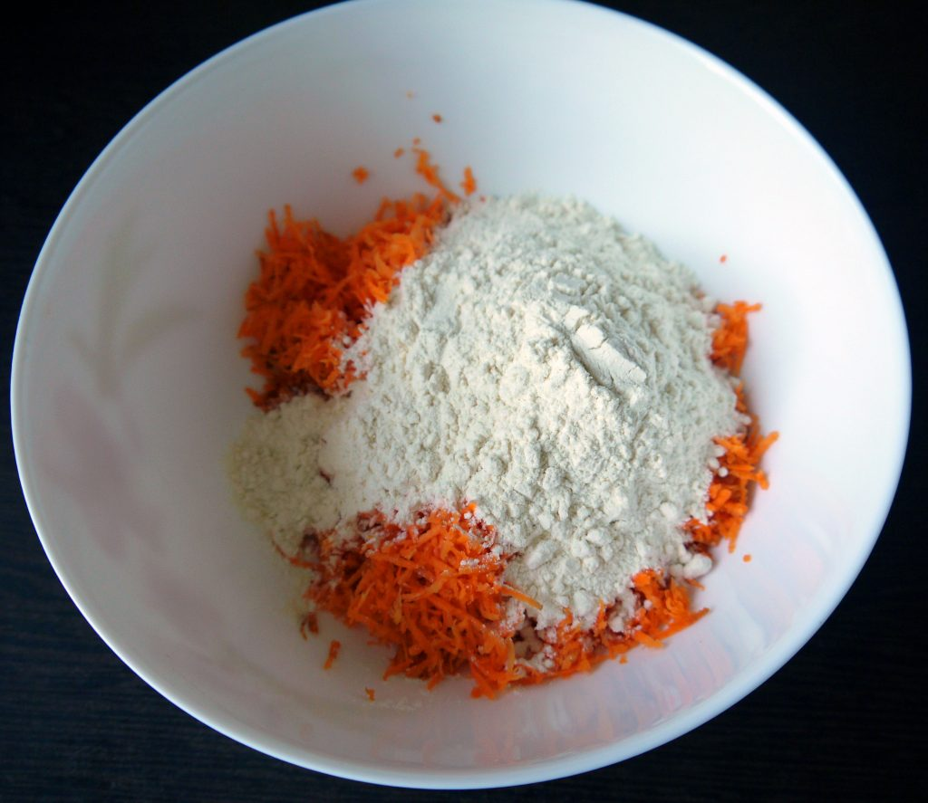 Фото рецепта - Морковно-овсяные оладьи - шаг 4