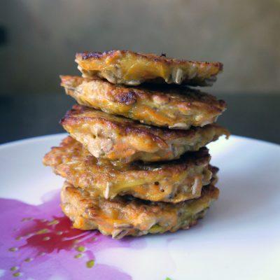 Морковно-овсяные оладьи - рецепт с фото