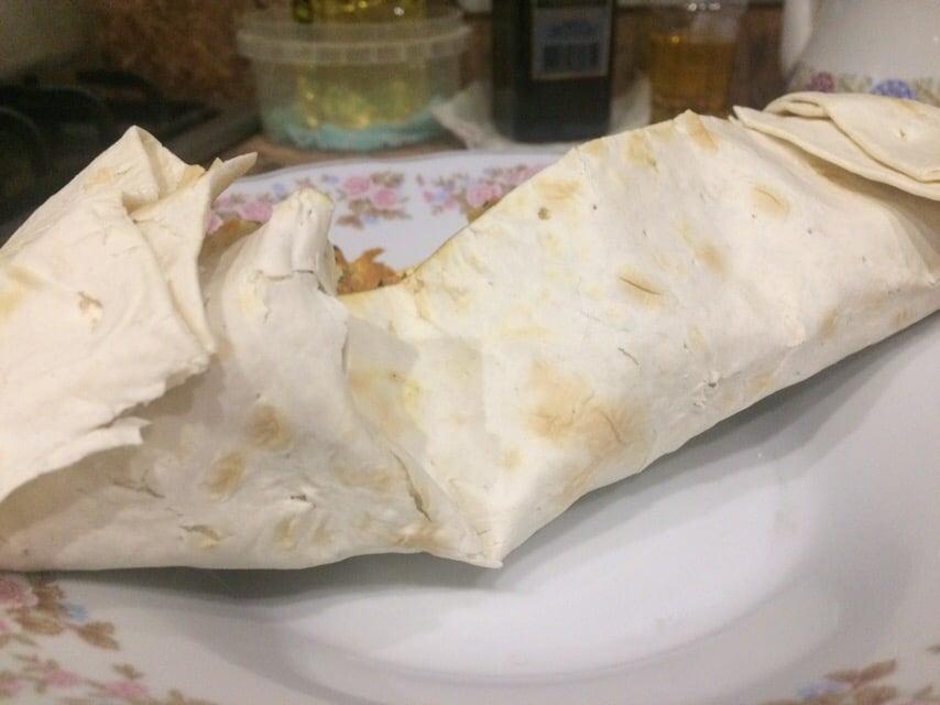 Фото рецепта - Домашняя шаверма с курицей и томатами - шаг 10