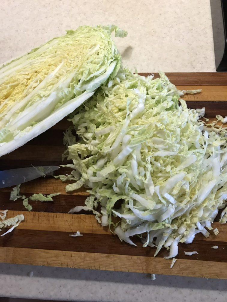 Фото рецепта - Салат с пекинской капустой, кукурузой и курицей - шаг 2