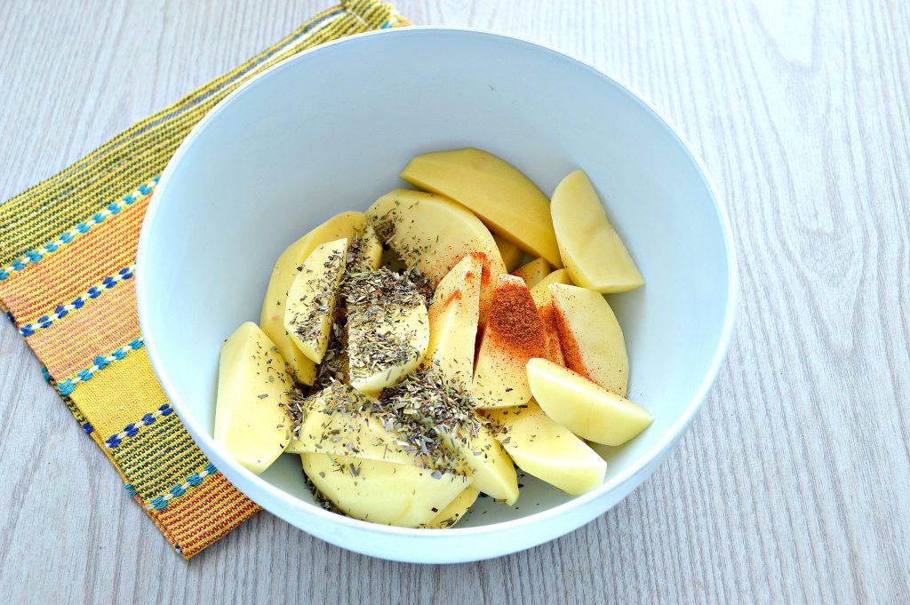 Фото рецепта - Картофель дольками, запеченный с чесноком, паприкой и травами - шаг 2