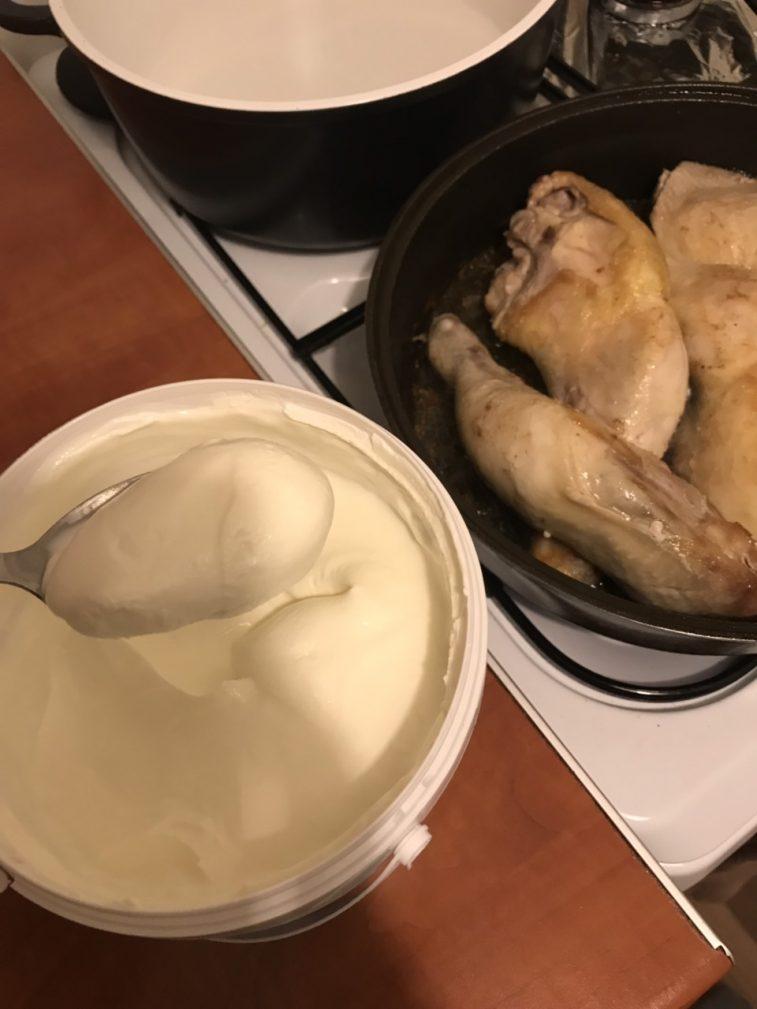 Фото рецепта - Сочная курица и грибы в сметанном соусе с макаронами - шаг 3