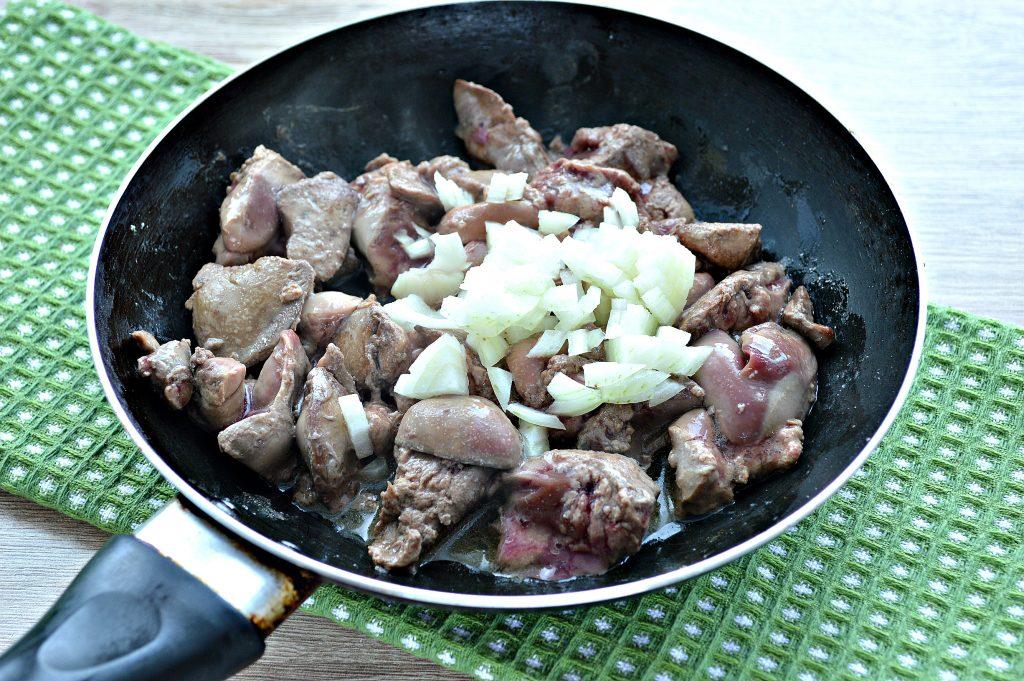 Фото рецепта - Печень куриная с томатной подливкой и зеленью - шаг 2