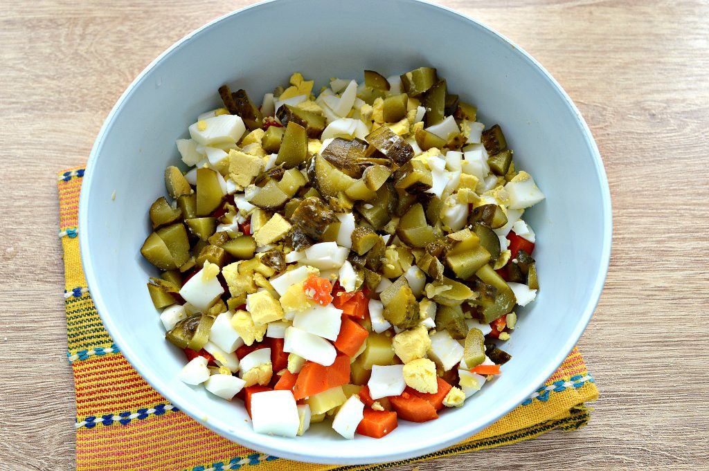 Фото рецепта - Зимний салат с ветчиной и маринованными огурцами - шаг 2