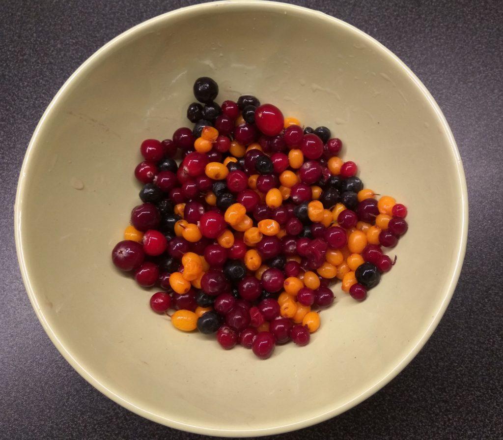 Фото рецепта - Чай с ягодами, апельсином и имбирем - шаг 1