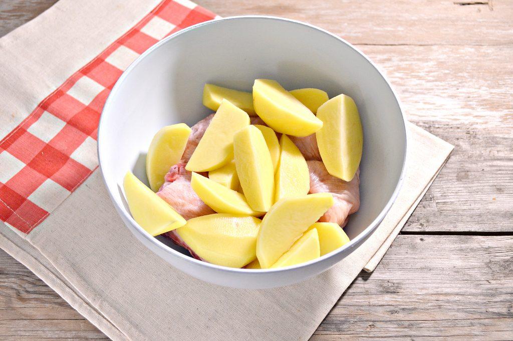 Фото рецепта - Курица, запеченная с картофелем в сметане - шаг 2
