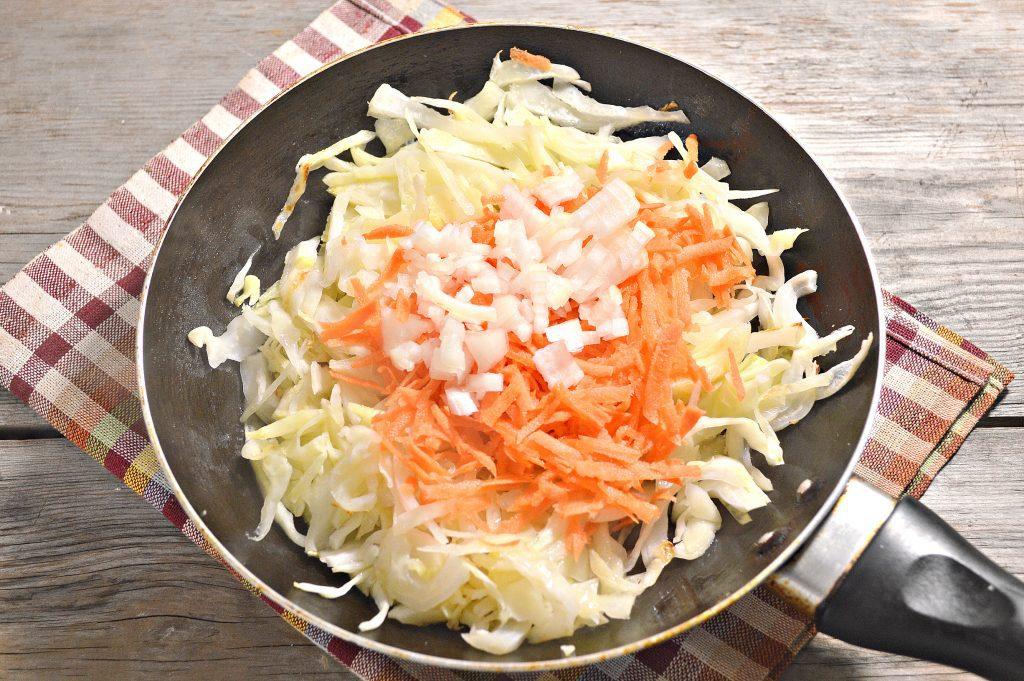Фото рецепта - Капуста, жаренная с маринованными шампиньонами - шаг 2