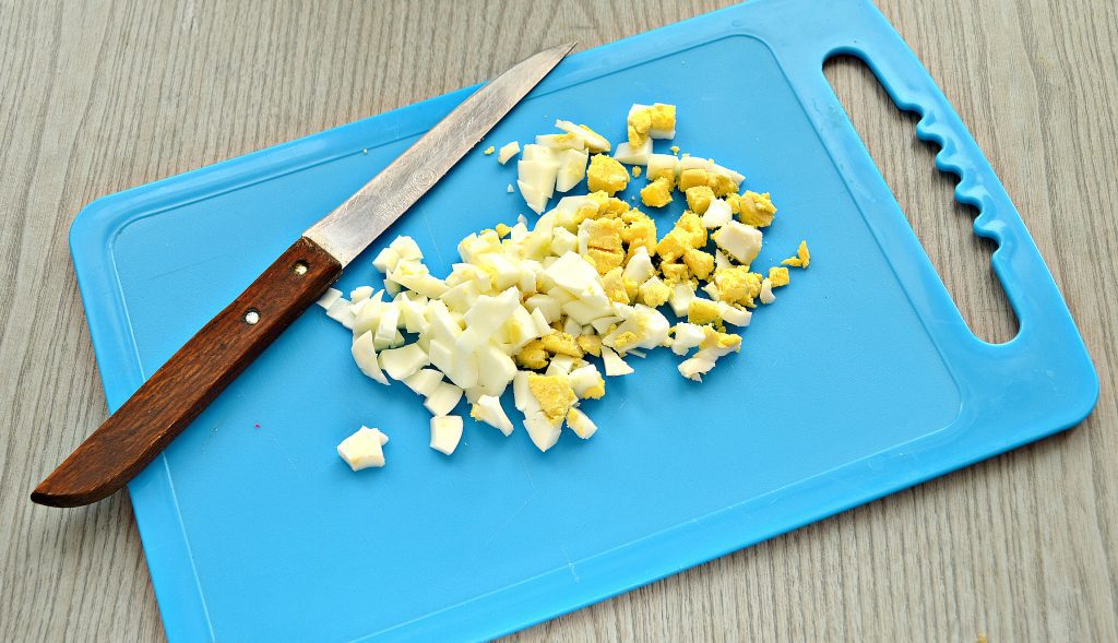 Фото рецепта - Крабовый салат с киви и кукурузой - шаг 2
