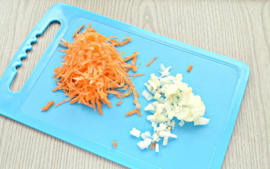 Фото рецепта - Куриные крылышки, тушеные с картошкой - шаг 2