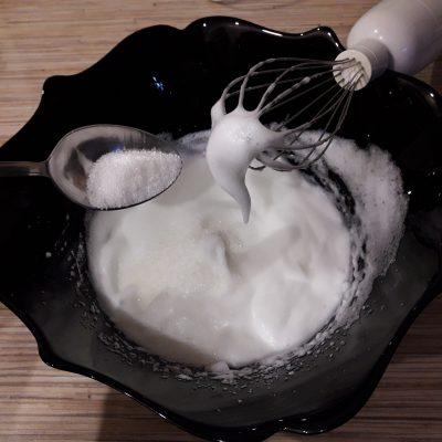Фото рецепта - Бисквитный рулет со сгущенкой - шаг 3