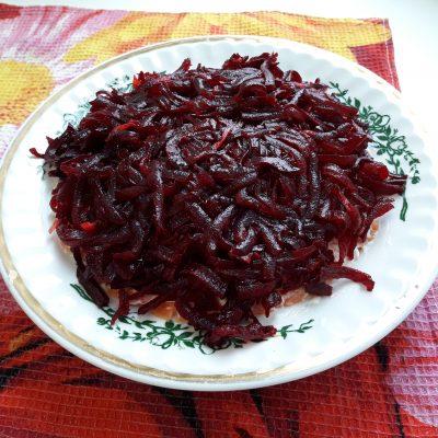 Фото рецепта - Слоеный салат – селёдка под шубой - шаг 5