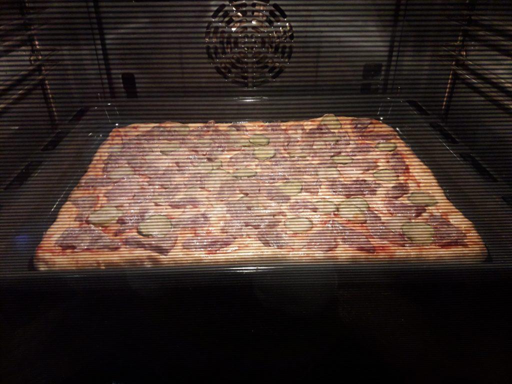 Фото рецепта - Пицца на дрожжевом тесте с мясом - шаг 10