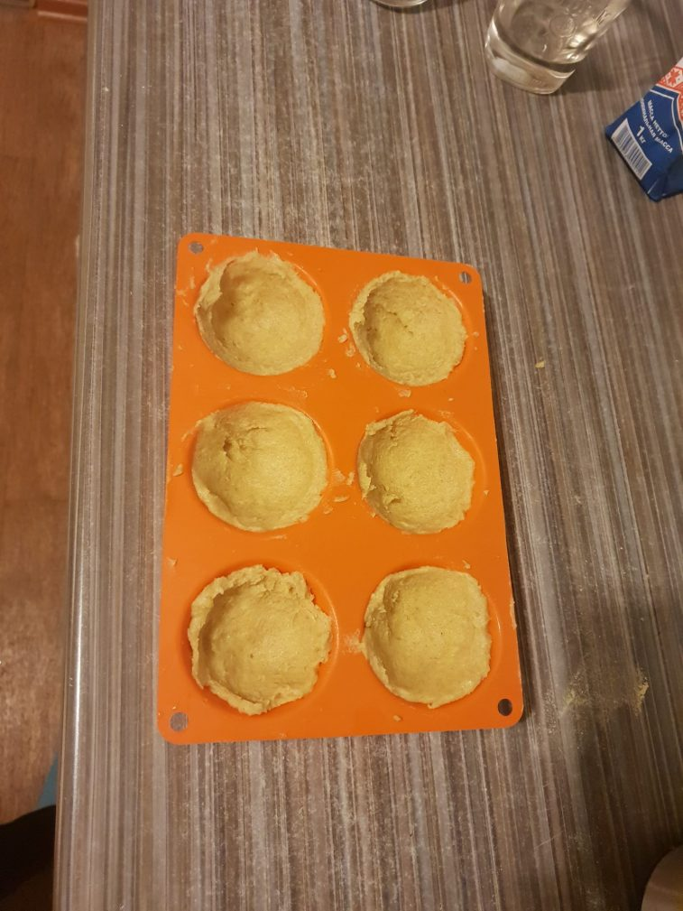 Фото рецепта - Кексы с творожной начинкой - шаг 3