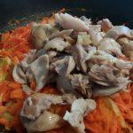 Фото рецепта - Пикантный плов из курицы с изюмом - шаг 3