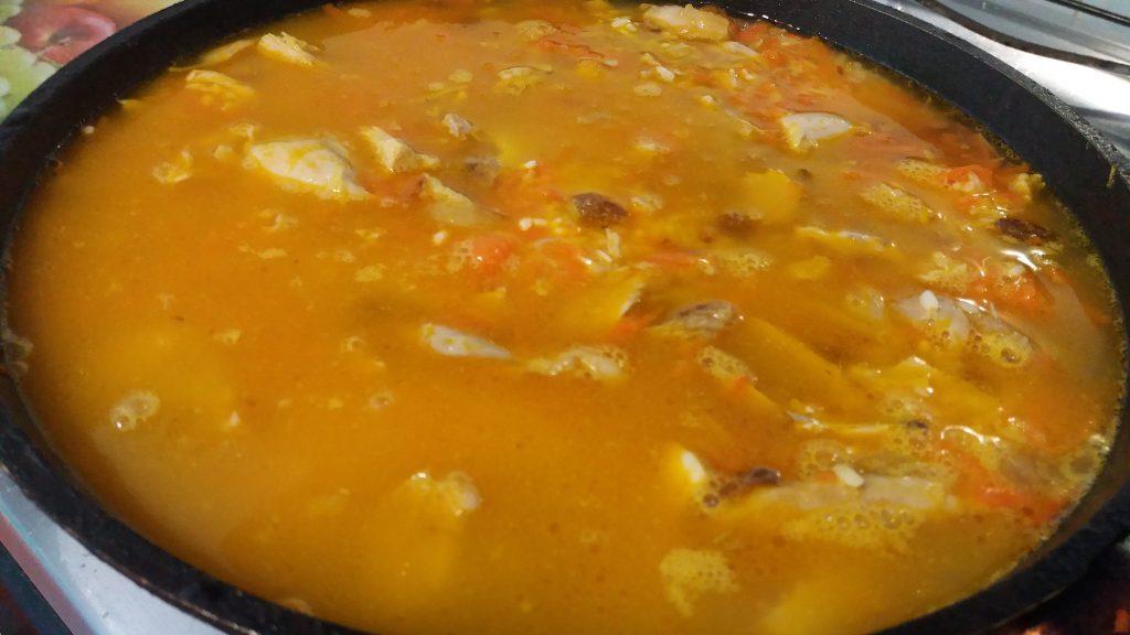Фото рецепта - Пикантный плов из курицы с изюмом - шаг 4