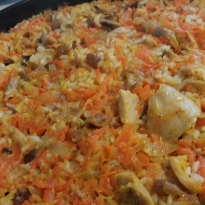Фото рецепта - Пикантный плов из курицы с изюмом - шаг 5