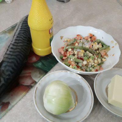 Фото рецепта - Скумбрия, запеченная с овощами под сыром - шаг 1
