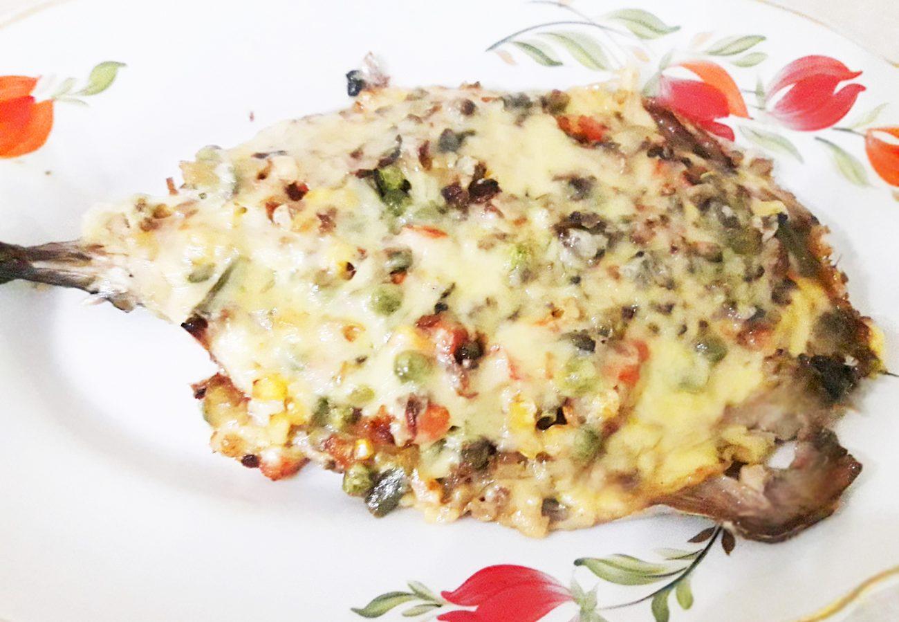 Скумбрия, запеченная с овощами под сыром