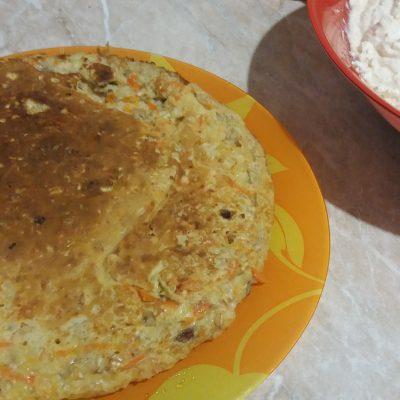 Фото рецепта - Морковный овсяноблин с изюмом - шаг 5