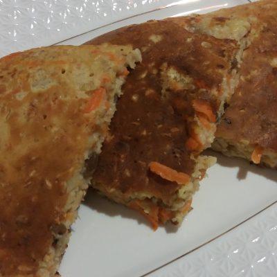 Фото рецепта - Морковный овсяноблин с изюмом - шаг 6