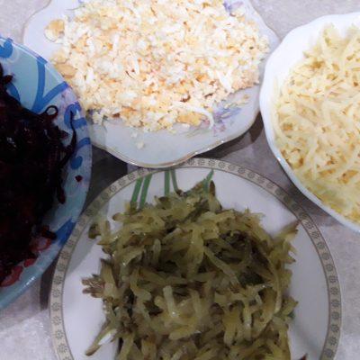 Фото рецепта - Свекольный салат с яйцами и огурчиками - шаг 2