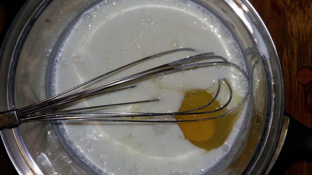 Фото рецепта - Пышные оладушки на кефире - шаг 1