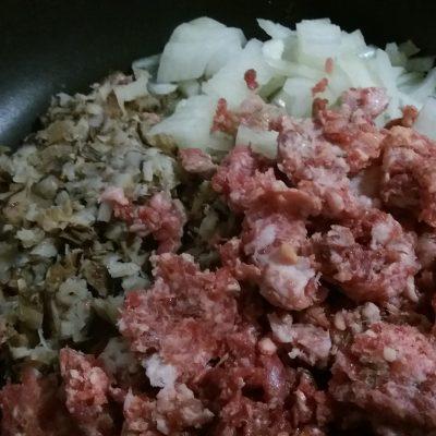 Фото рецепта - Мешочки из блинов с говяжьим фаршем и грибами - шаг 2