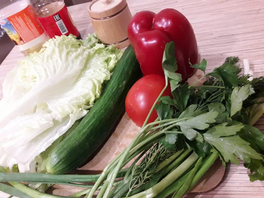 """Фото рецепта - Салат """"Свежесть"""" из овощей - шаг 1"""