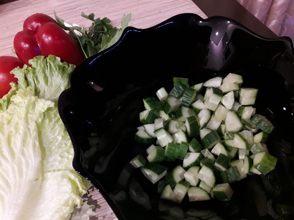 """Фото рецепта - Салат """"Свежесть"""" из овощей - шаг 2"""