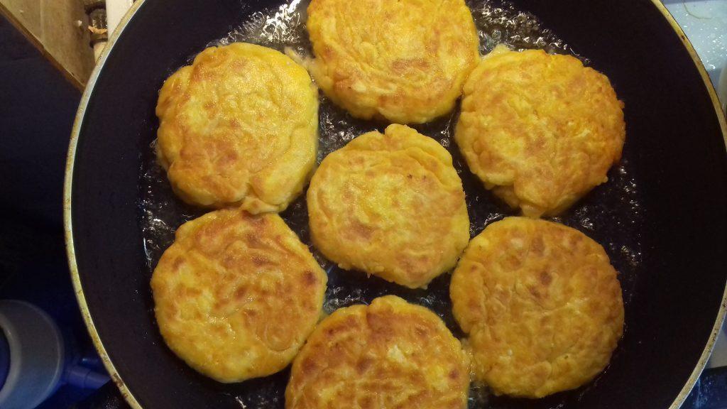 Фото рецепта - Творожные сырники с тыквой - шаг 6