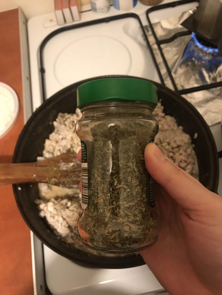 Фото рецепта - Куриное мясо в сливочном соусе с грибами - шаг 5