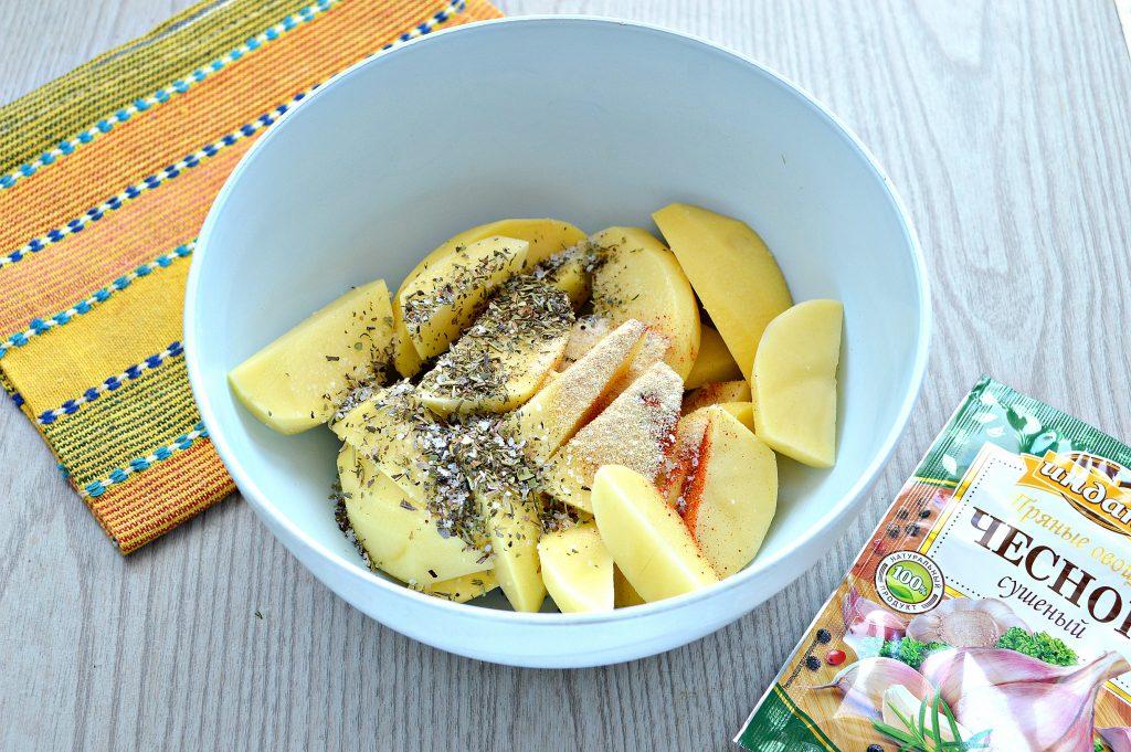 Фото рецепта - Картофель дольками, запеченный с чесноком, паприкой и травами - шаг 3