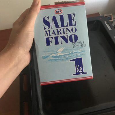 Фото рецепта - Целая курица на соли, в духовке - шаг 2