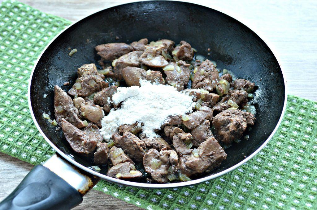 Фото рецепта - Печень куриная с томатной подливкой и зеленью - шаг 3
