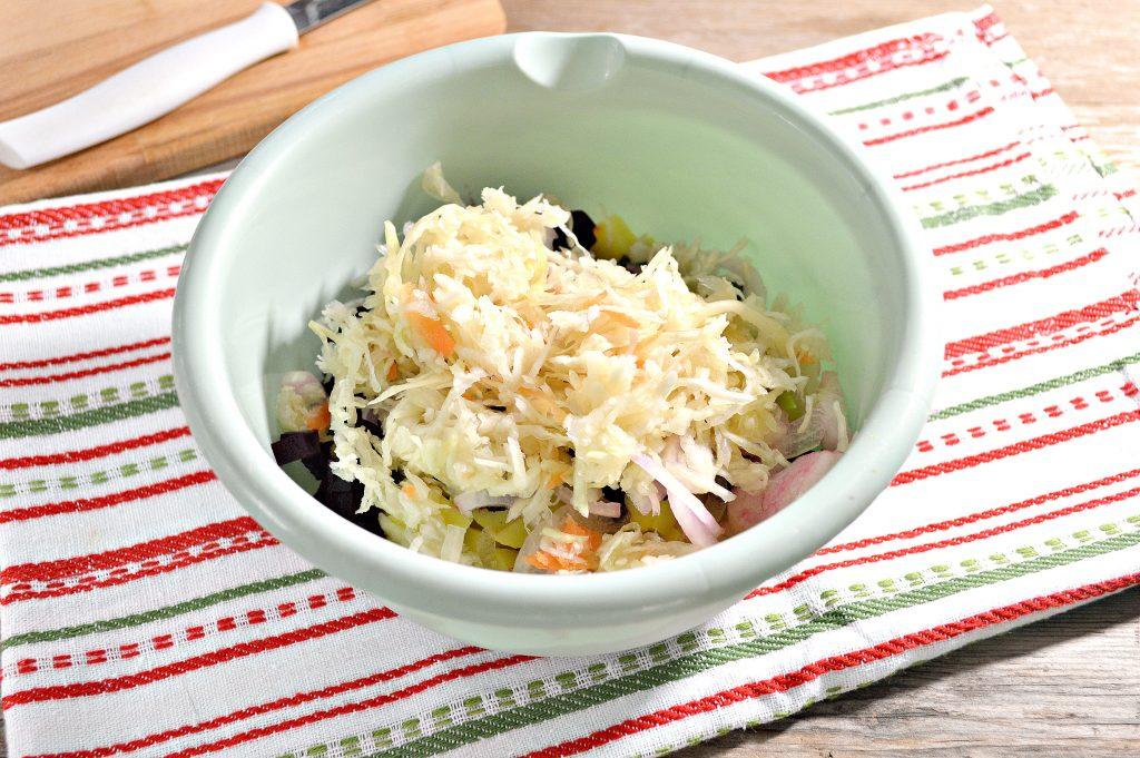 Фото рецепта - Винегрет с квашеной капустой и зеленым горошком - шаг 3