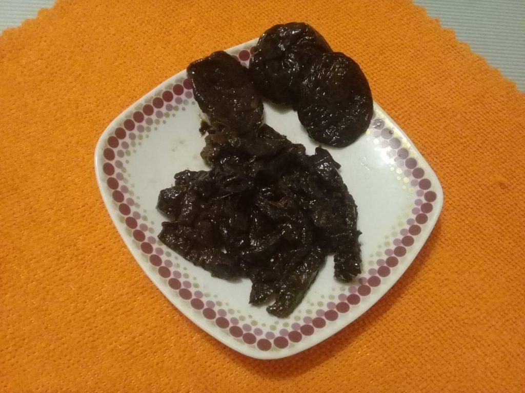 Фото рецепта - Свекольный салат-десерт яблоком и черносливом - шаг 4