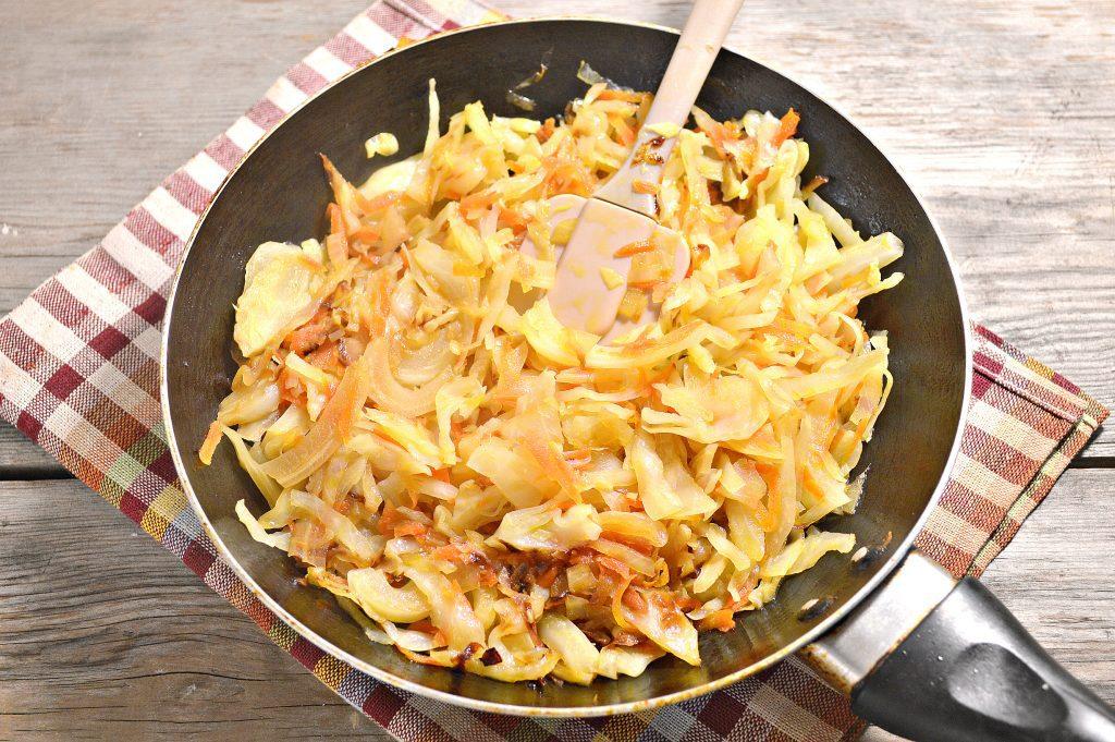 Фото рецепта - Капуста, жаренная с маринованными шампиньонами - шаг 3