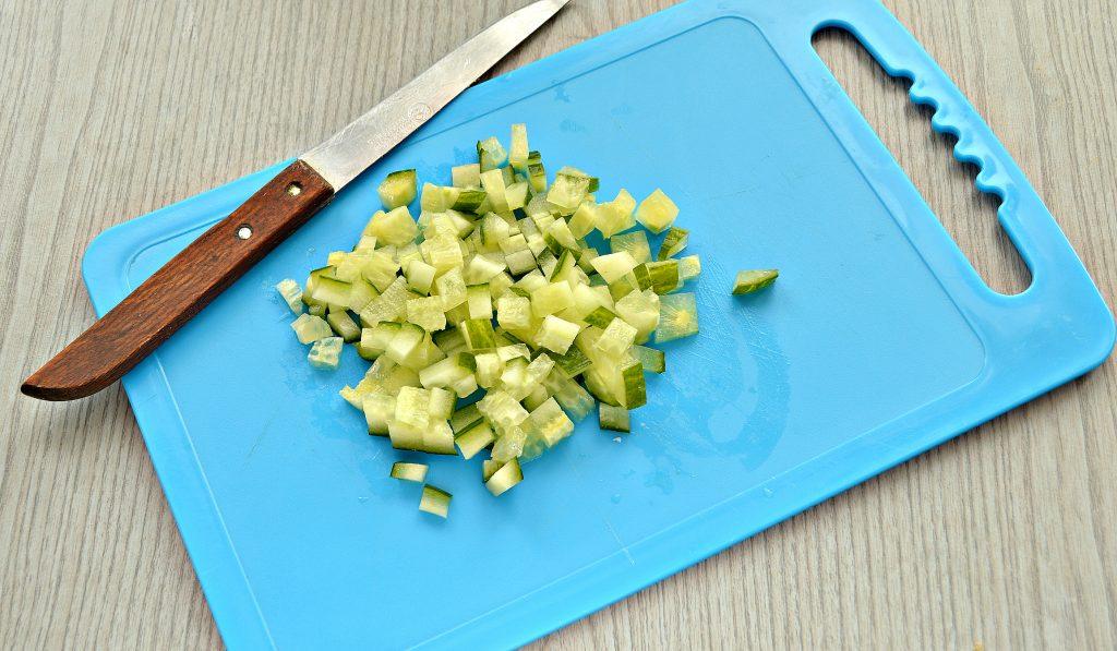 Фото рецепта - Крабовый салат с киви и кукурузой - шаг 3