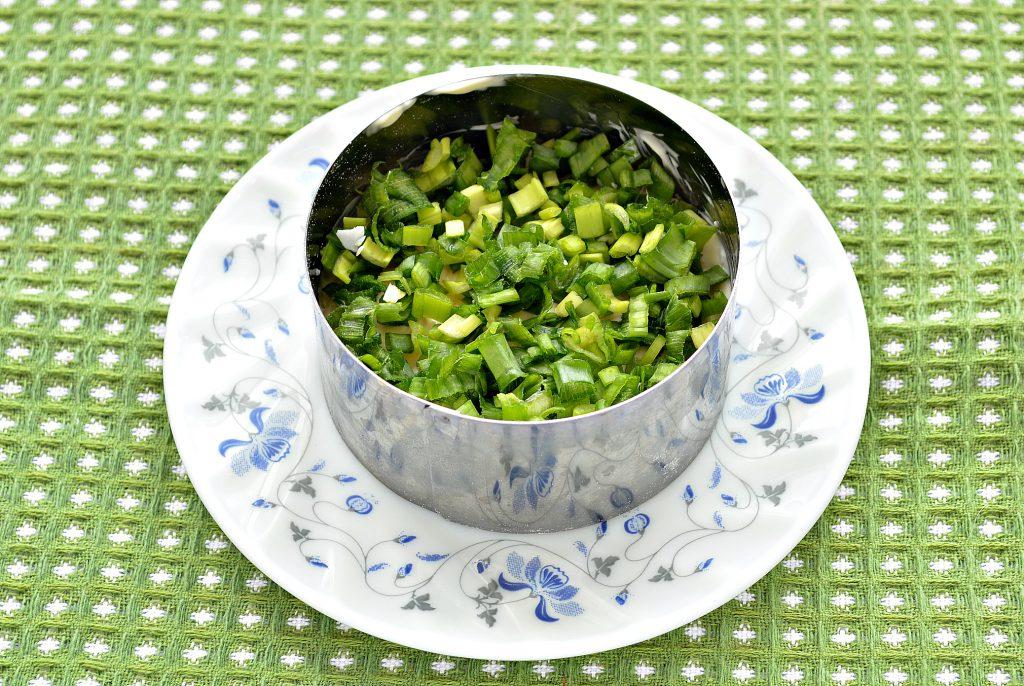 Фото рецепта - Слоеный салат с крабовыми палочками, сыром и яблоками - шаг 3