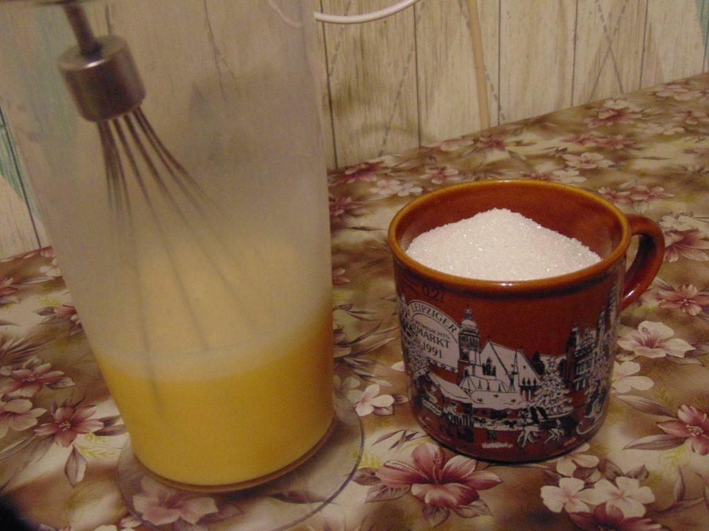Фото рецепта - Бисквит с чёрной смородиной - шаг 1