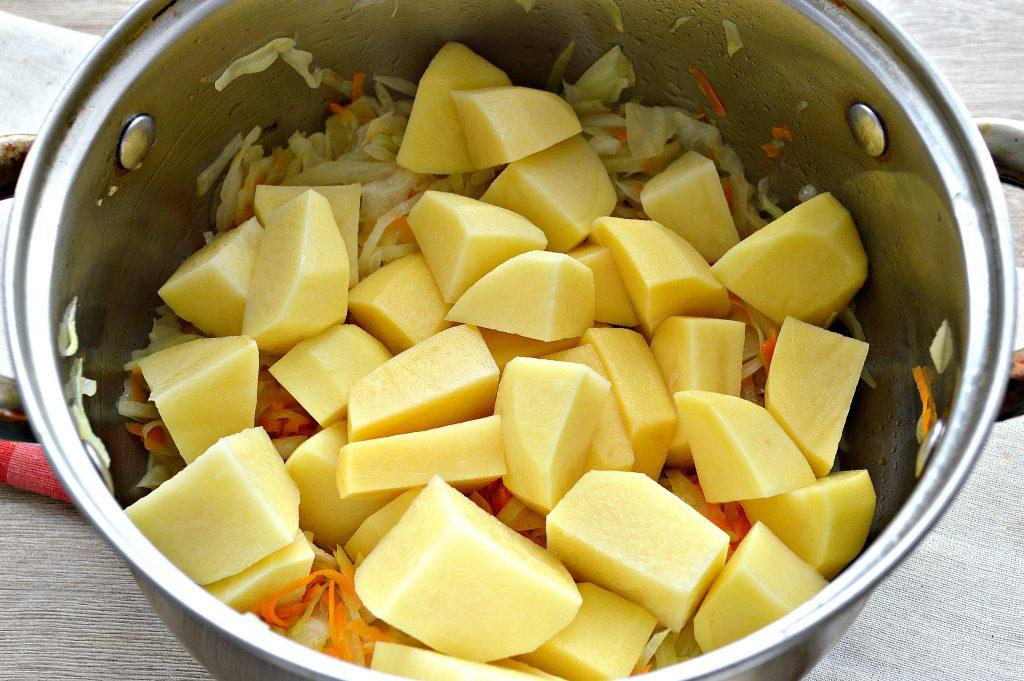 Фото рецепта - Капуста белокочанная, тушенная с картофелем - шаг 4