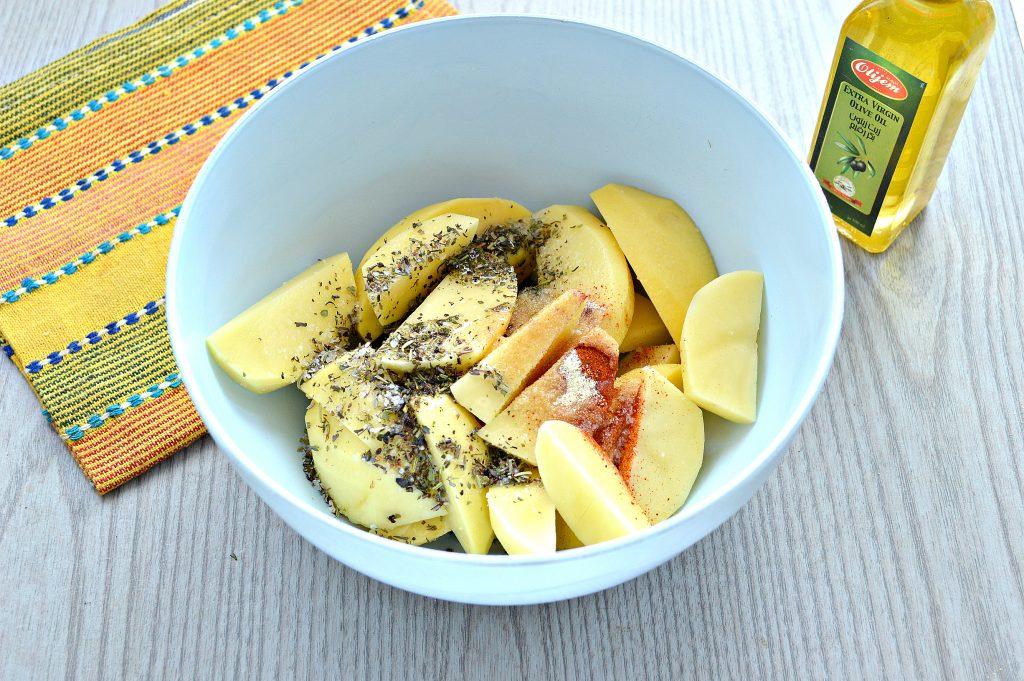 Фото рецепта - Картофель дольками, запеченный с чесноком, паприкой и травами - шаг 4