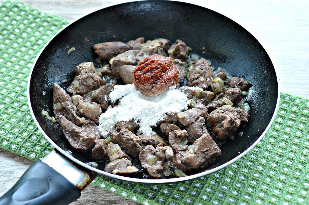 Фото рецепта - Печень куриная с томатной подливкой и зеленью - шаг 4