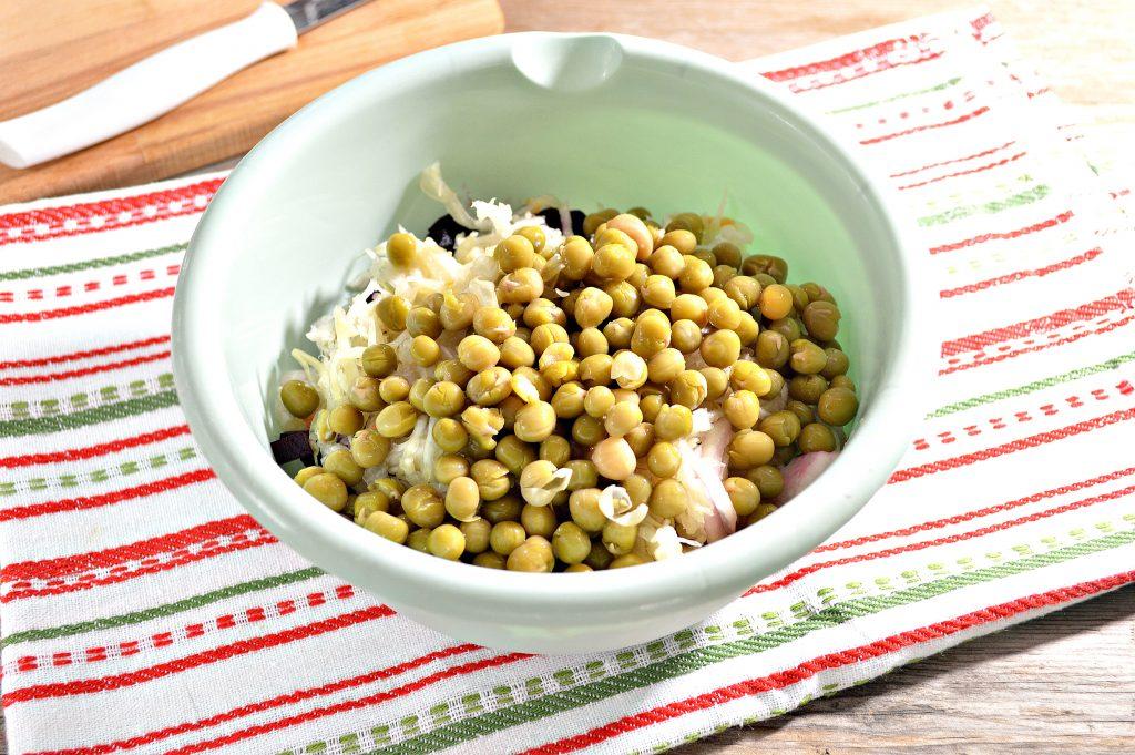 Фото рецепта - Винегрет с квашеной капустой и зеленым горошком - шаг 4