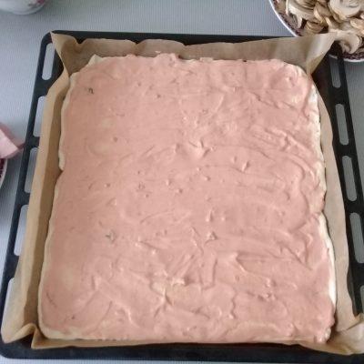 Фото рецепта - Пицца «Ассорти» из замороженного теста с мясом, сыром и грибами - шаг 3