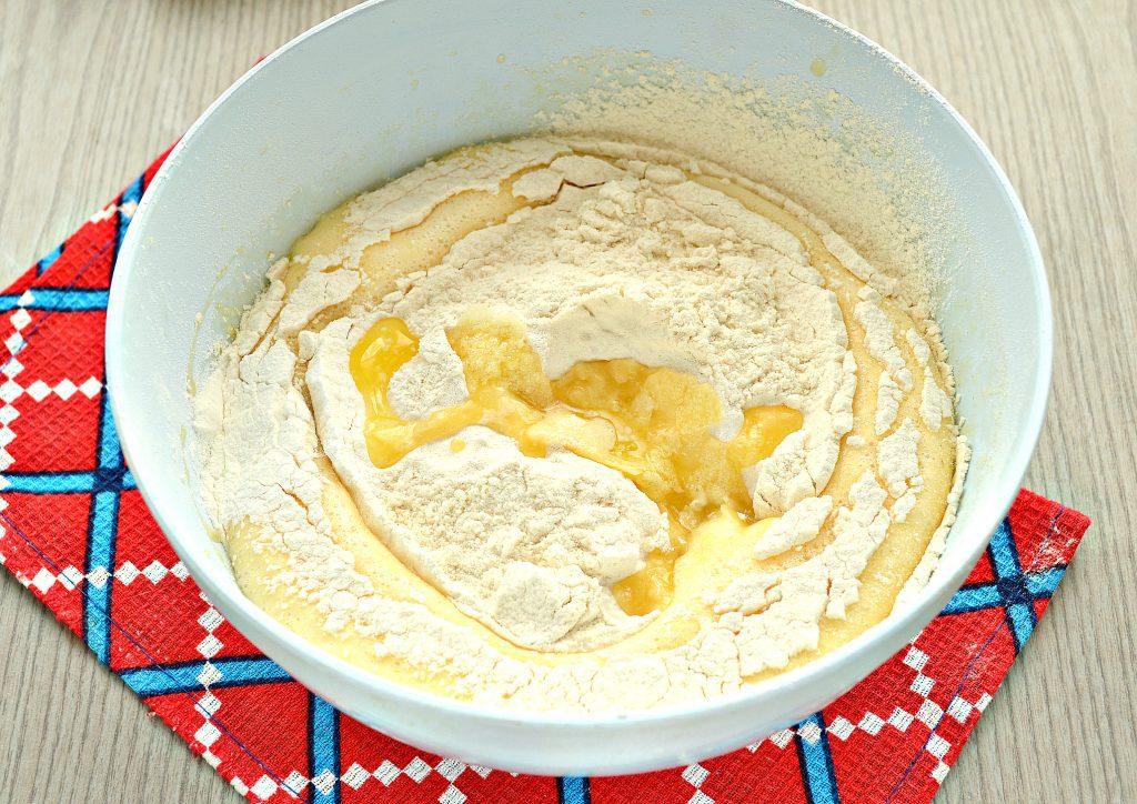 Фото рецепта - Заливная лимонная шарлотка с яблоками - шаг 4